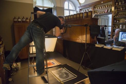 Reprofotograf Christoph Petras fotografiert Werke der Kreuzberger Bohème. Foto: Ellen Röhner